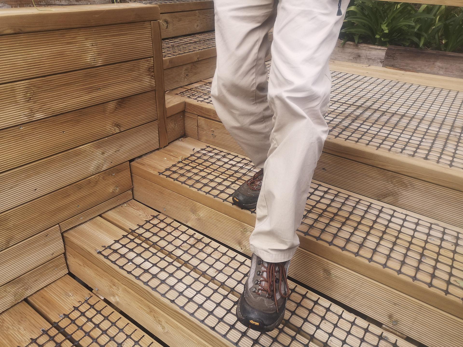 escaleras de madera con malla antideslizante trek-net