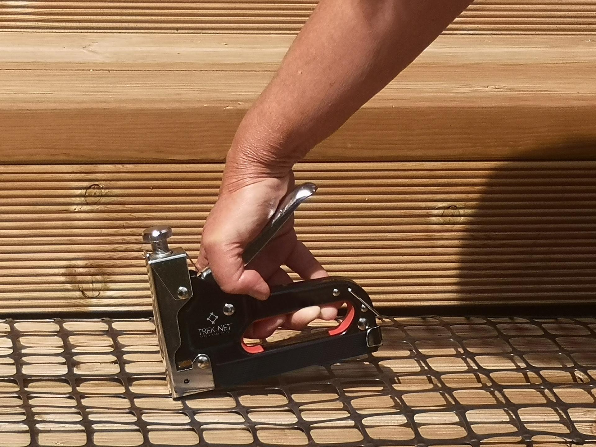 instalación de malla anti-deslizante trek-net en escaleras de madera