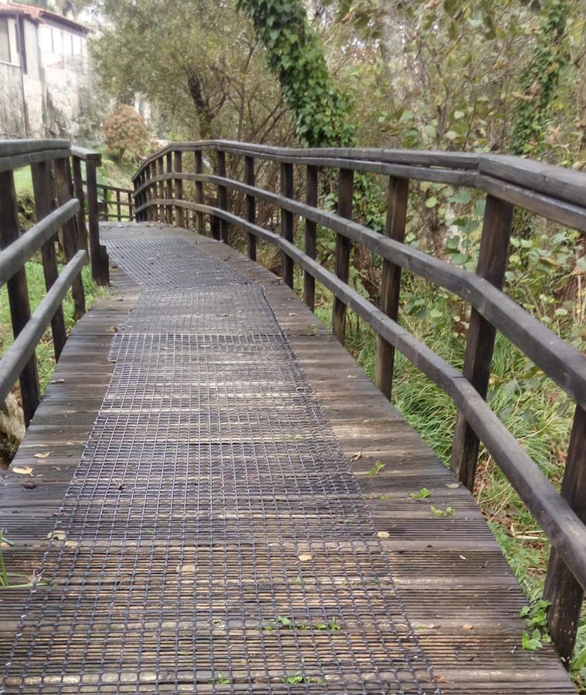 malla anti-deslizante trek-net en senda fluvial madera