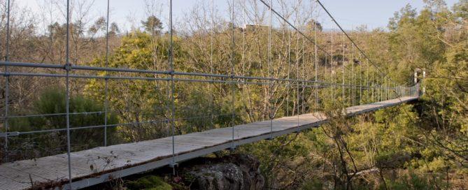 Existen numerosos puentes colgantes en Galicia como el puente de Calvelo, el puente del Xirimbao, el puente de Parada o el puente de Leiro
