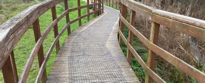 Las mallas antideslizantes instaladas en Ponteareas reduce el riesgo de caídas o resbalones en los paseos de madera