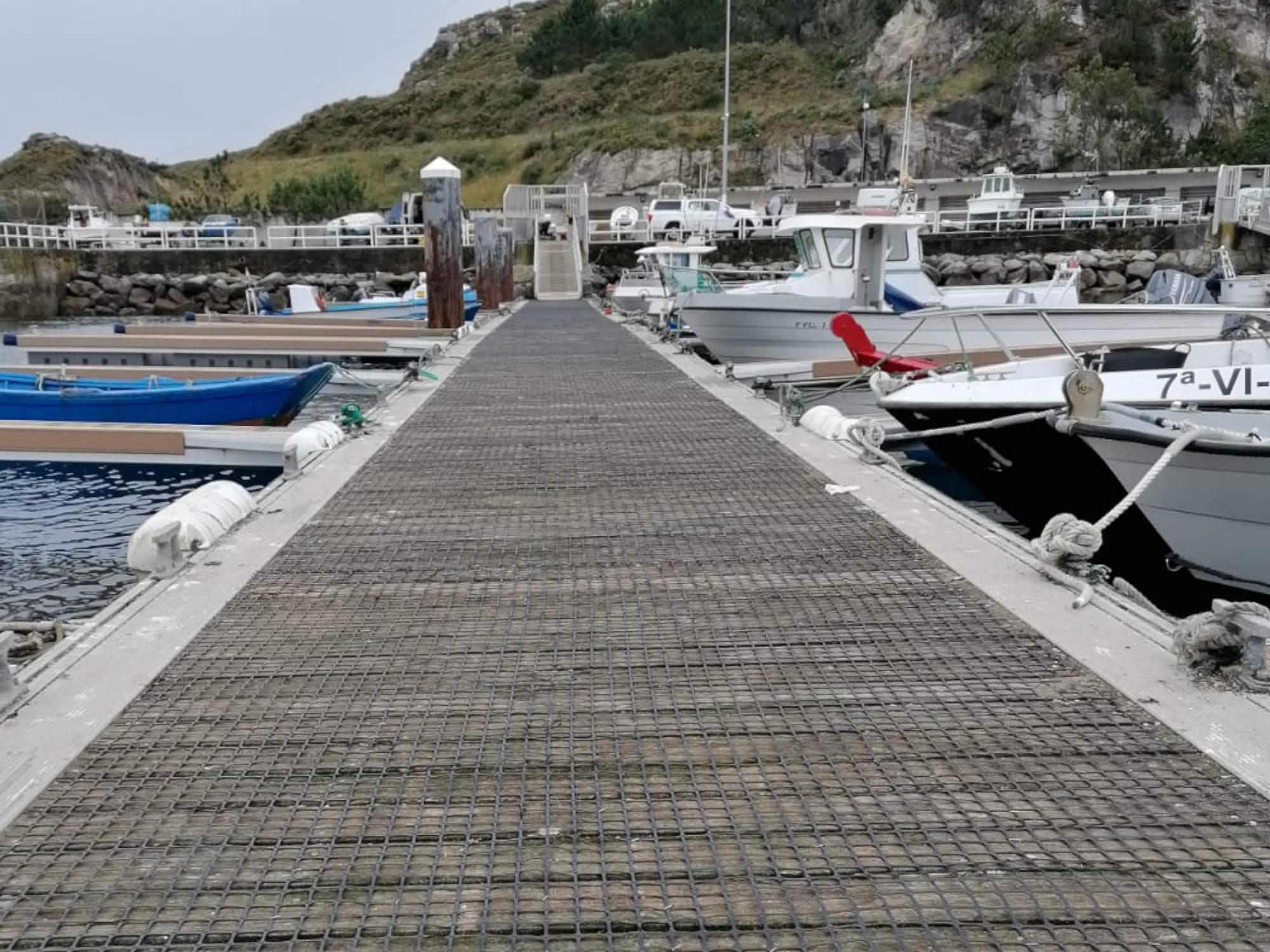 Las mallas antideslizantes en el puerto de Corme mejoran la seguridad de trabajadores y viandantes
