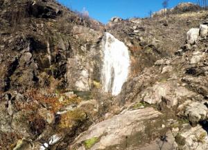 Las pasarelas de la Fervenza de Tourón permiten ver grandes cascadas