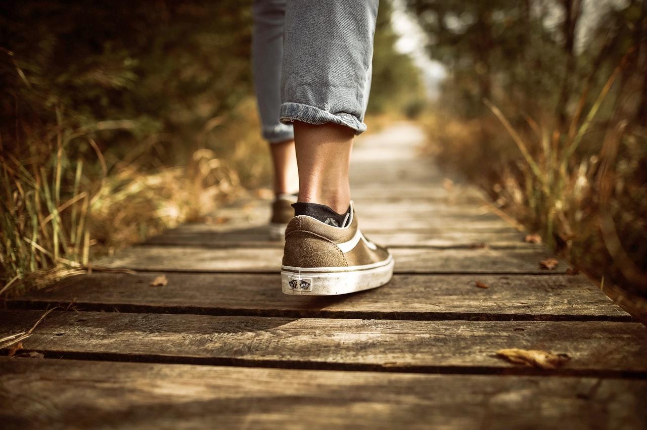 Entre los beneficios de caminar a diario destacan la mejora del estado de ánimo y el aumento de las defensas