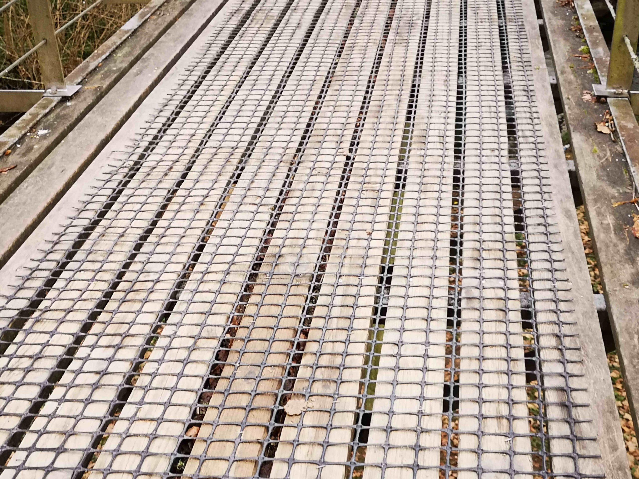 Entre las soluciones al suelo resbaladizo destaca Trek-Net, especialistas en mallas de seguridad antirresbalones