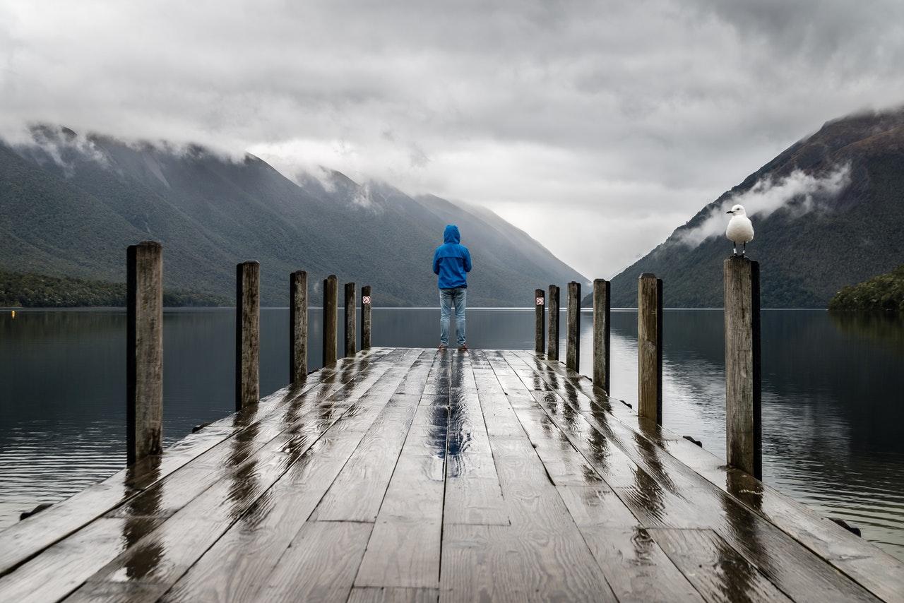 A la hora de hacer senderismo bajo la lluvia es importante llevar ropa y calzado adecuados